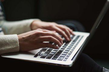 ktoś pisze na laptopie